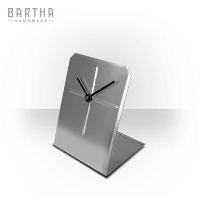 asztalióra-óra-quartz-kvarc-csendes-halk-fém-rozsdamentes-acél-modern-design-dizájn-lakberendezés-kézzel-készített-handmade-barthahandmade